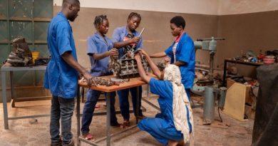 Młode kobiety z Burkina Faso łamią stereotypy naprawiając samochody