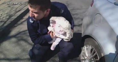 Policjanci uratowali duszące się niemowlę. Dziewczynka była już sina