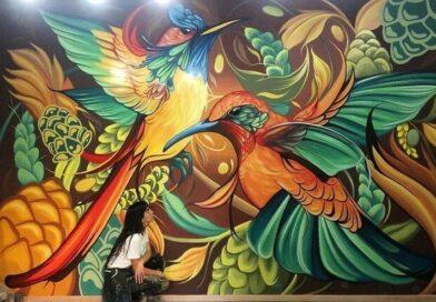 Artystka ożywia ściany budynków pięknymi muralami