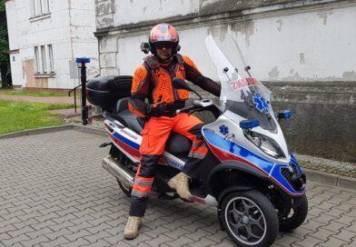 Ratownik po godzinach niesie pomoc na ulicach Warszawy, krążąc po mieście swoim motoambulansem