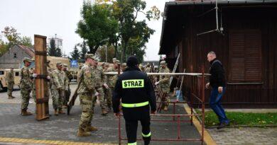 Amerykańscy żołnierze odnowili elewację zabytkowej strażnicy w Szczuczynie